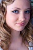 blond blå gullig ögonflickastående fotografering för bildbyråer