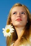 blond blå synad flickaståendesommar Arkivbild