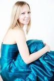 Blond in blauwe promkleding stock afbeeldingen