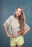 Blond-braunes junges Mädchen auf blauem Hintergrund Lizenzfreies Stockfoto