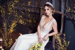 Blond brud i den vita bröllopsklänningen för mode med makeup Arkivbild