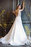 Blond brud i den vita bröllopsklänningen för mode med makeup Royaltyfri Fotografi