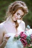 Blond brud i den vita bröllopsklänningen för mode med makeup Royaltyfri Foto