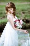 Blond brud i den vita bröllopsklänningen för mode med makeup Arkivfoton