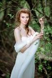 Blond brud i den vita bröllopsklänningen för mode med makeup Royaltyfri Bild