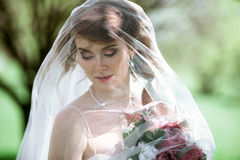 Blond brud i den vita bröllopsklänningen för mode med makeup Fotografering för Bildbyråer