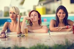 Blond, Brunette und rote behaarte weibliche Badegäste aufwerfend auf Rand von Lizenzfreie Stockbilder