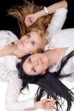 blond brunettstående två Royaltyfri Fotografi