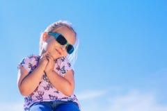 Blond caucasian dziewczyna w okularach przeciwsłonecznych, plenerowy zbliżenie portret nad niebieskiego nieba tłem Zdjęcia Royalty Free