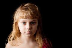 Blond Caucasian liten flicka på svart arkivfoto