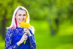 Blond caucasien positif heureux avec le groupe de fleurs photos stock