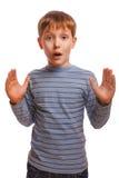 Blond chłopiec zaskakująca dziecko dzieciaka niespodzianka wewnątrz Obraz Stock