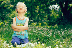 blond chłopiec koniczynowy wianek zdjęcie stock