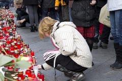 blond clav som ger havelladyen till barn för tribute v Arkivbilder