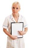 blond clipboardholdingsjuksköterska royaltyfria bilder