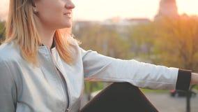 Blond dam för härlig afton som tycker om solnedgång arkivfilmer