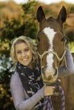 Blond dam med hennes häst Royaltyfri Fotografi