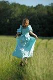 Blond dans la robe de vintage dans le domaine Photos stock
