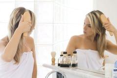 Blond dans la salle de bains Photographie stock libre de droits