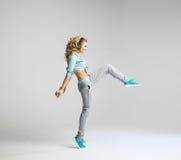 Blond dansare som öva nya flyttningar Arkivbild