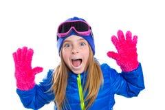 Blond de sneeuwportret van de jong geitje gir winter met open handen Stock Afbeeldingen
