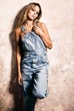 Blond in den Jeans Lizenzfreie Stockfotografie