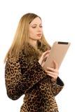 Blond, den Tablette-PC betrachtend Stockfotografie
