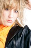 Blond in der Jacke Stockfotografie