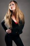 Blond in der schwarzen Klage Lizenzfreie Stockbilder