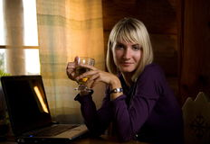 blond drinks girl tee στοκ φωτογραφίες