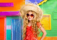 Blond dzieci dziewczyny plaży szczęśliwy turystyczny kapelusz i okulary przeciwsłoneczni Fotografia Royalty Free