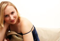 blond dziewczynę do łóżka posiedzenia zdjęcia stock