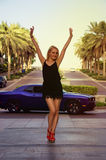 Blond dziewczyna blisko luksusowego samochodu Obrazy Royalty Free