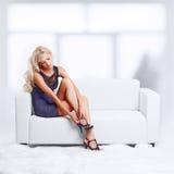 Blond dziewczyna na kanapie Obrazy Stock