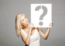 Blond dziewczyna trzyma znaka zapytania znaka Zdjęcie Royalty Free