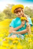 Blond dziewczyna w dandelions obrazy stock