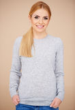 Blond dziewczyna w przypadkowym popielatym pulowerze Obrazy Royalty Free