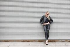 Blond dziewczyna w Rzemiennym stroju Obraz Stock