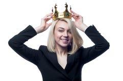 Blond dziewczyna z koroną na głowie na białym tle fotografia stock