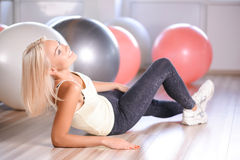 Blond dziewczyna z sprawności fizycznej piłką Obrazy Stock