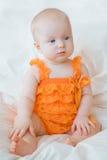 Blond dziewczynka z niebieskimi oczami w romper Zdjęcia Royalty Free