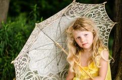 Blond dziewczyny mienia sunshade Fotografia Royalty Free