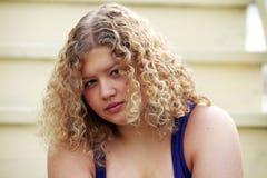 blond dziewczyny posadzony poważny zdjęcie royalty free