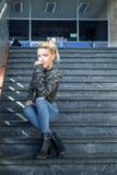 blond dziewczyny siedząc po schodach obrazy stock
