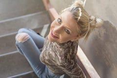 blond dziewczyny siedząc po schodach zdjęcie royalty free