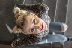 blond dziewczyny siedząc po schodach obrazy royalty free