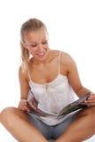 blond dziewczyny szczęśliwy magazynu czytanie Obraz Royalty Free