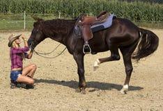 Blond, ein Pferd streichelnd Lizenzfreies Stockbild