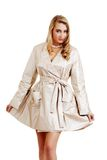 Blond, einen Regenmantel tragend Stockbild