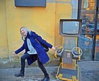 Blond, einen Spielautomaten ziehend Lizenzfreie Stockfotos
